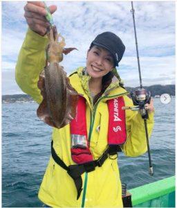 イカを釣り上げた滝沢沙織
